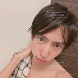 お風呂上がりの男性 自撮りの写真・画像素材[4321937]