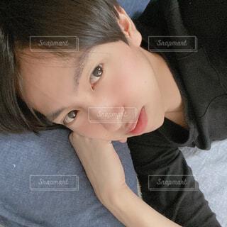 横になって寝ている男性 自撮りの写真・画像素材[4344656]