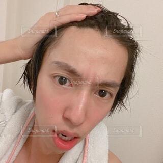 若い男性の広いおでこ 自撮りの写真・画像素材[4666839]