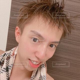 入浴後の若い茶髪の男性 自撮りの写真・画像素材[4780940]