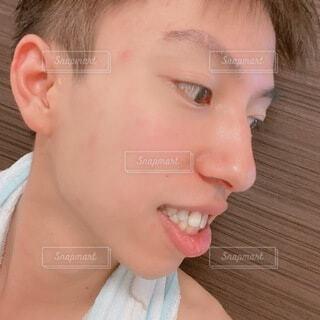 入浴後の若い茶髪の男性 自撮りの写真・画像素材[4780959]