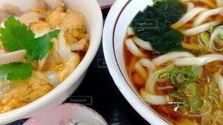 男の昼メシ:かき揚げ丼とたぬきうどんの写真・画像素材[4212713]