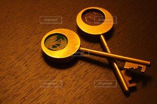 テーブルの上の鍵の写真・画像素材[4213475]