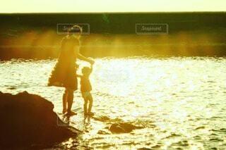 浜辺で遊ぶ親子の写真・画像素材[4213488]