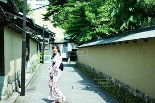 散策する着物の女の子の写真・画像素材[4213513]