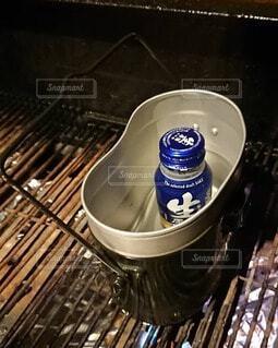 キャンプで日本酒を飯ごうに入れてグリルで温めるの写真・画像素材[4230149]