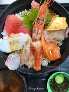 海沿いのお店で食べる海鮮丼の写真・画像素材[4456906]