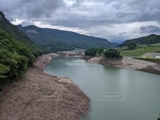 曇り空の湖の写真・画像素材[4215284]