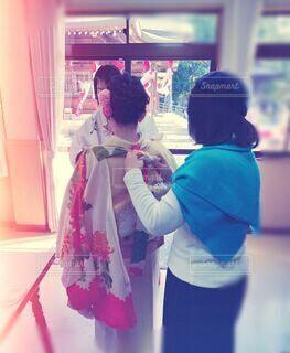 お宮参りの準備をしている女性の写真・画像素材[4216756]