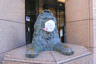 マスクを着用した銀座三越のライオン像の写真・画像素材[4525779]