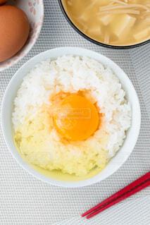卵かけご飯と味噌汁 縦構図の写真・画像素材[4232238]