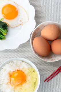 卵かけご飯と目玉焼き 縦構図の写真・画像素材[4232239]