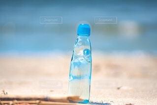 海岸とラムネ瓶の写真・画像素材[4668431]