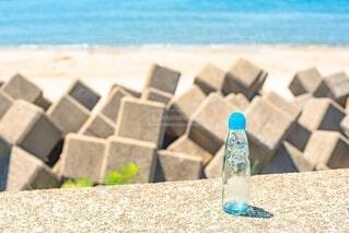 海岸にラムネ瓶の写真・画像素材[4668433]