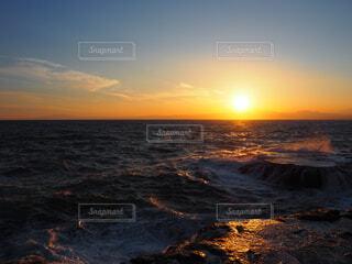 夕日が沈む海の写真・画像素材[4221275]