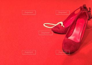 赤い靴のペアの写真・画像素材[1142377]