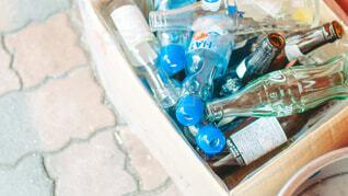 空き瓶とラムネの写真・画像素材[4219899]