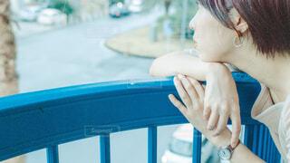 考え事をする女性の写真・画像素材[4219902]