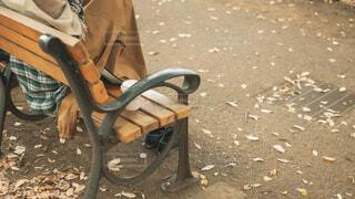 ベンチに座っている人の写真・画像素材[4219904]