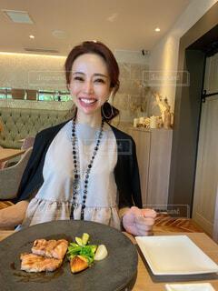 食べ物を食べようとする笑顔の女性の写真・画像素材[4224976]