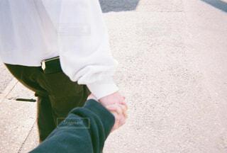 彼氏と手を繋いで散歩の写真・画像素材[4231868]