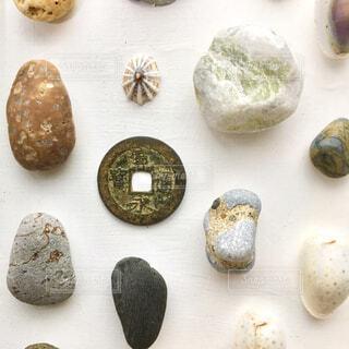 海辺の拾いもの寛永通宝と石と貝の写真・画像素材[4270158]