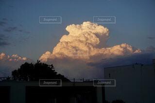 夕方の東の空に立派な積乱雲の写真・画像素材[4362688]