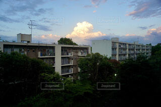 夕暮れの積乱雲と集合住宅の写真・画像素材[4362689]