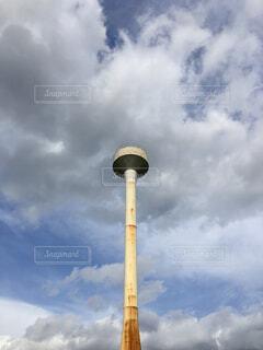 空と錆びた給水塔の写真・画像素材[4366935]