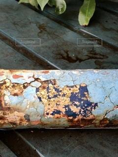 劣化した鉄パイプの塗装がカラフルの写真・画像素材[4771807]
