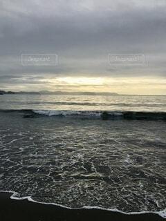 早朝の江ノ島のビーチの写真・画像素材[4837141]
