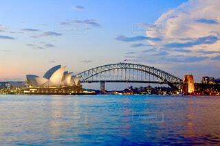 オーストラリアのシドニー、オペラハウスとハーバーブリッジを一気に眺めるの写真・画像素材[4234032]