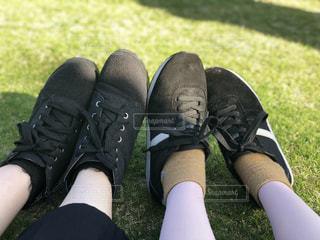 草の上に靴のグループ カバー フィールドの写真・画像素材[1048680]