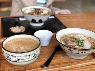 テーブルにあるスープのボウルの写真・画像素材[1079717]