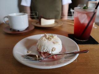 食べ物の皿をテーブルの上に置くの写真・画像素材[3561121]