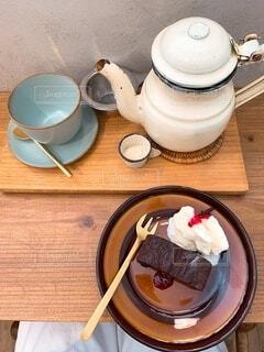 木製のテーブルにコーヒーを一杯入れたの写真・画像素材[3758872]