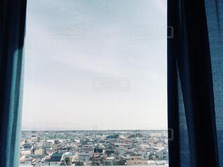 窓の外に広がる平和な街の眺めの写真・画像素材[4229677]