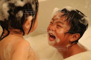 泡風呂で遊ぶ子供達の写真・画像素材[4243069]