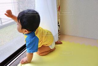 窓の前に座る子供の写真・画像素材[4243530]