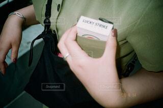 携帯電話を持つ手の写真・画像素材[4231036]