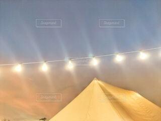 テントと電球 1の写真・画像素材[4326612]