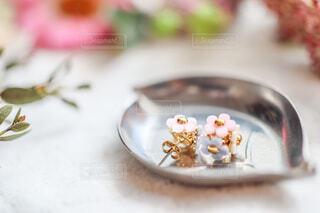花に囲まれたお花のかたちをしたピアスのアクセサリーの写真・画像素材[4237808]