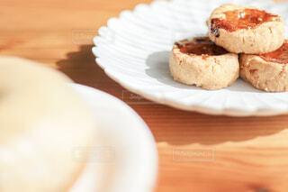 木製のテーブルの上の白いお皿に載ったクッキーの写真・画像素材[4241971]