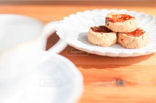 木製のテーブルの上にある白いお皿に載ったクッキーの写真・画像素材[4241983]