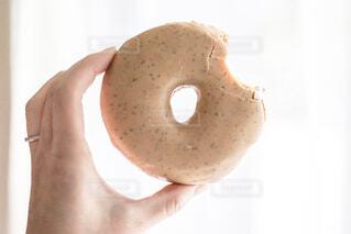 かじったドーナツを持つ手の写真・画像素材[4241975]