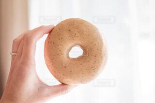 ドーナツを持つ手の写真・画像素材[4241976]