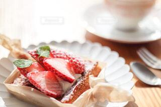 白いお皿にのったイチゴタルトのクローズアップの写真・画像素材[4241981]