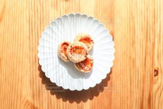 木製のテーブルの上の白いお皿に載ったクッキーの写真・画像素材[4241986]