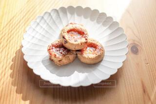 木製のテーブルの上の白いお皿に載ったクッキーの写真・画像素材[4241996]