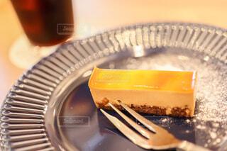 皿の上にチョコレートケーキを1個入れの写真・画像素材[4272105]